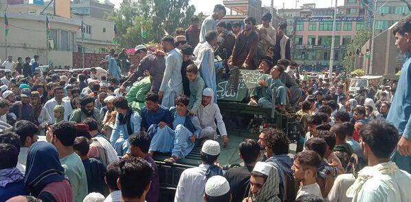 Členové Tálibánu* a místní obyvatelé sedí ve vozidle Afghánské národní armády. - Sputnik Česká republika