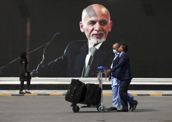 Cestující na cestě k odletovému terminálu Mezinárodního letiště Hámida Karzaje v Kábulu, 14. srpna 2021. - Sputnik Česká republika