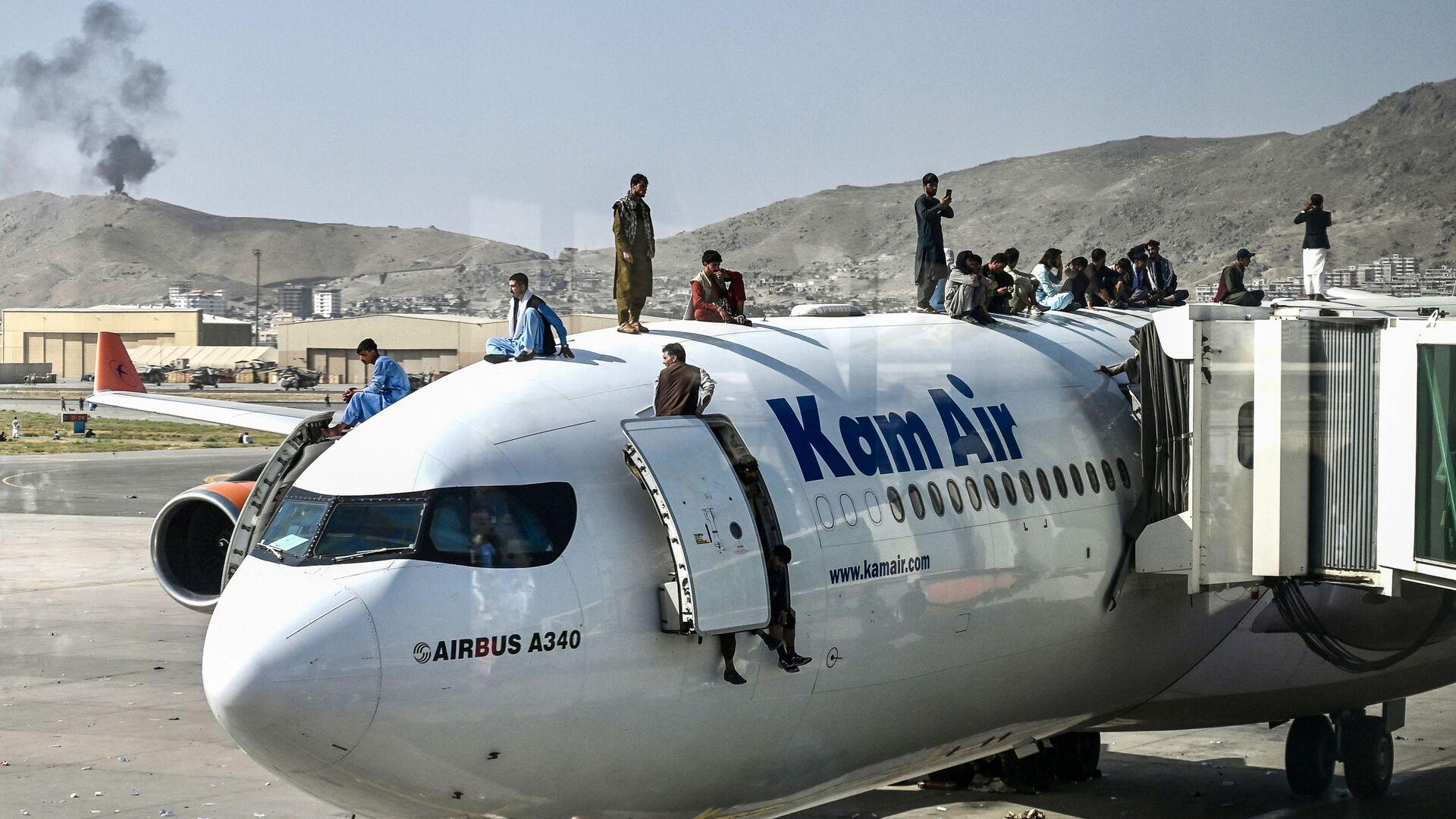 Afghánci na letadle na leišti v Kábulu - Sputnik Česká republika, 1920, 30.08.2021