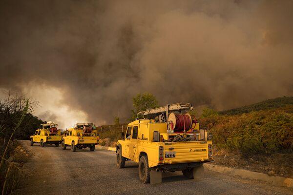 Záchranné týmy spěchají na místo, kde v lesní části oblasti Chafchaouen v severním Maroku 15. srpna vypukly lesní požáry. - Sputnik Česká republika