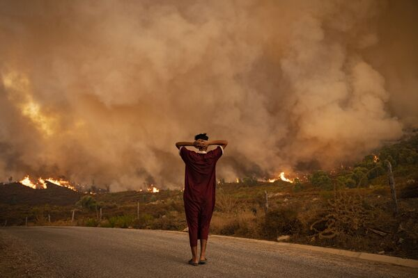 Žena dívající se na požár v Maroku. - Sputnik Česká republika