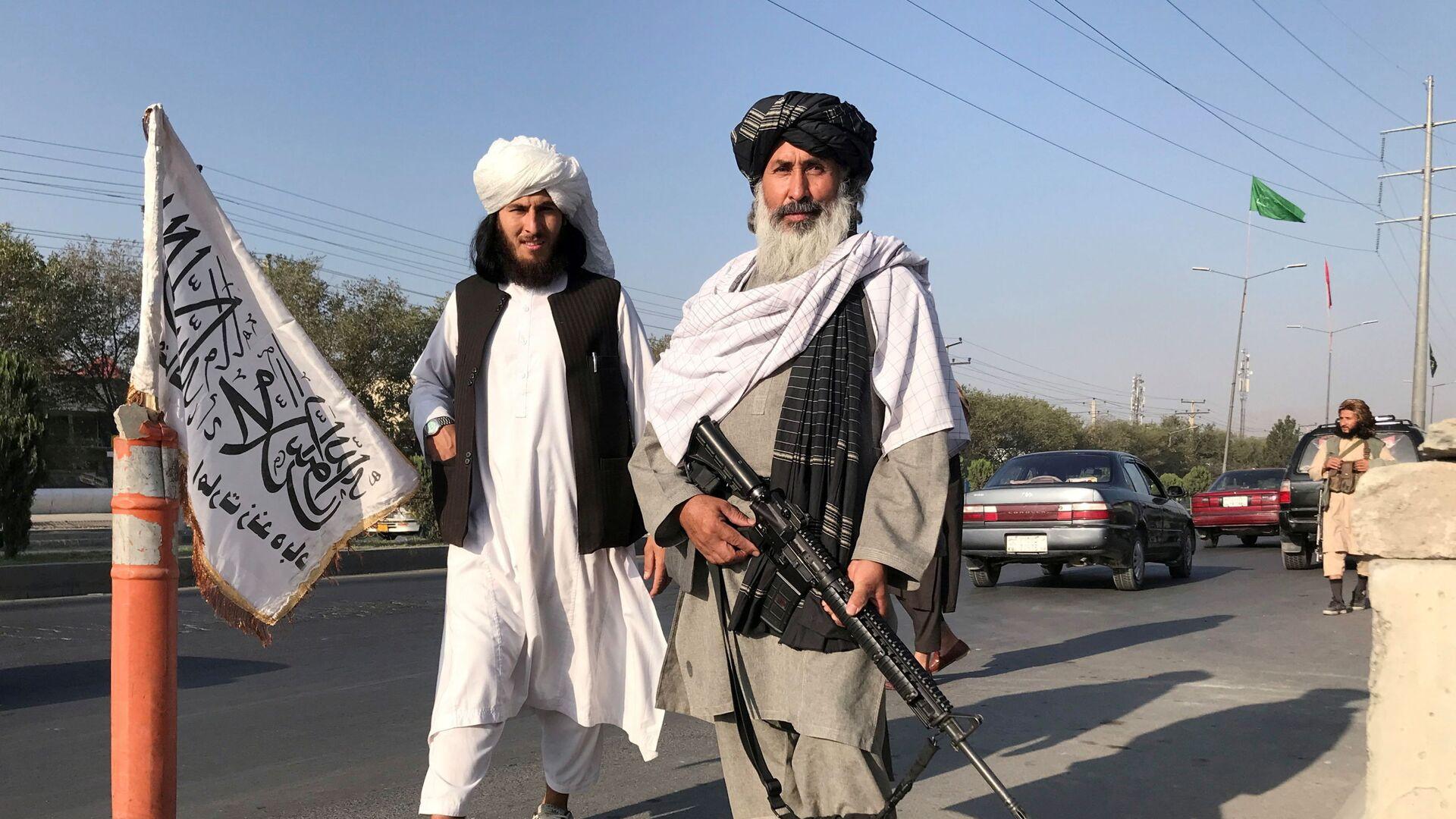 Bojovník Tálibánu (teroristická organizace zakázaná v Rusku a několika dalších zemích) s americkou puškou M16 v Kábulu - Sputnik Česká republika, 1920, 21.08.2021