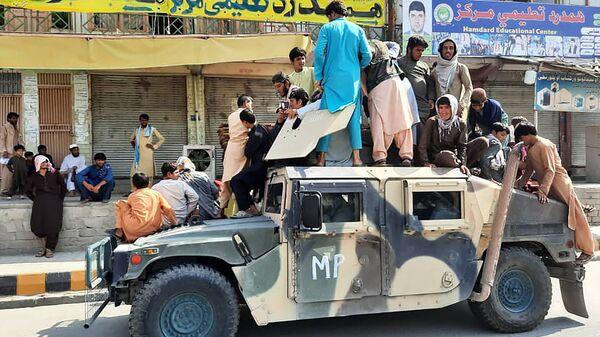 Боевики Талибана * и местные жители на Humvee в провинции Laghman - Sputnik Česká republika