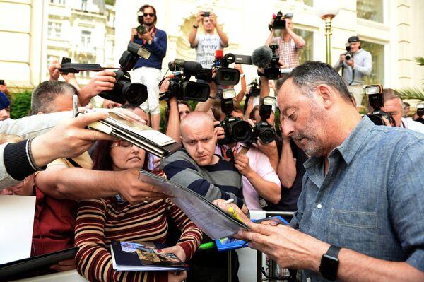 Francouzský herec Jean Reno podepisuje autogramy po příjezdu na 51. mezinárodní filmový festival v Karlových Varech - Sputnik Česká republika