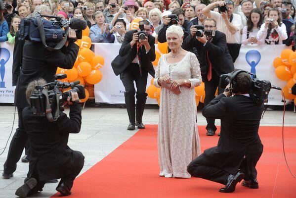 Britská herečka Judi Denchová na červeném koberci při zahájení 46. Mezinárodního filmového festivalu v Karlových Varech - Sputnik Česká republika