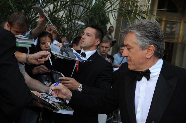Americký herec, režisér a producent Robert de Niro rozdává autogramy na slavnostním zahájení Karlovarského mezinárodního filmového festival v roce 2008 - Sputnik Česká republika