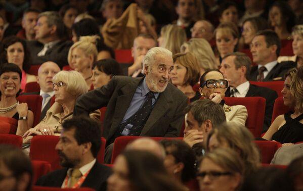 Britský herec Sir Christopher Lee v sále před závěrečným ceremoniálem 43. Mezinárodního filmového festivalu v Karlových Varech v roce 2008 - Sputnik Česká republika