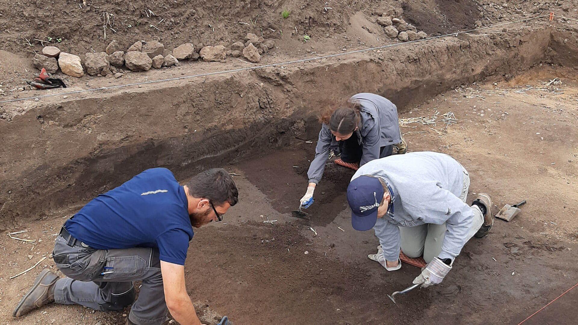 Plzeňští archeologové objevili dětský hrob z doby kamenné - Sputnik Česká republika, 1920, 20.08.2021