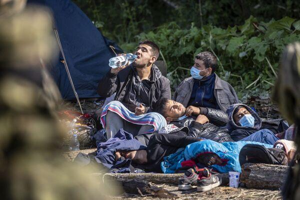 Migranti v provizorním táboře na hranici Běloruska a Polska - Sputnik Česká republika