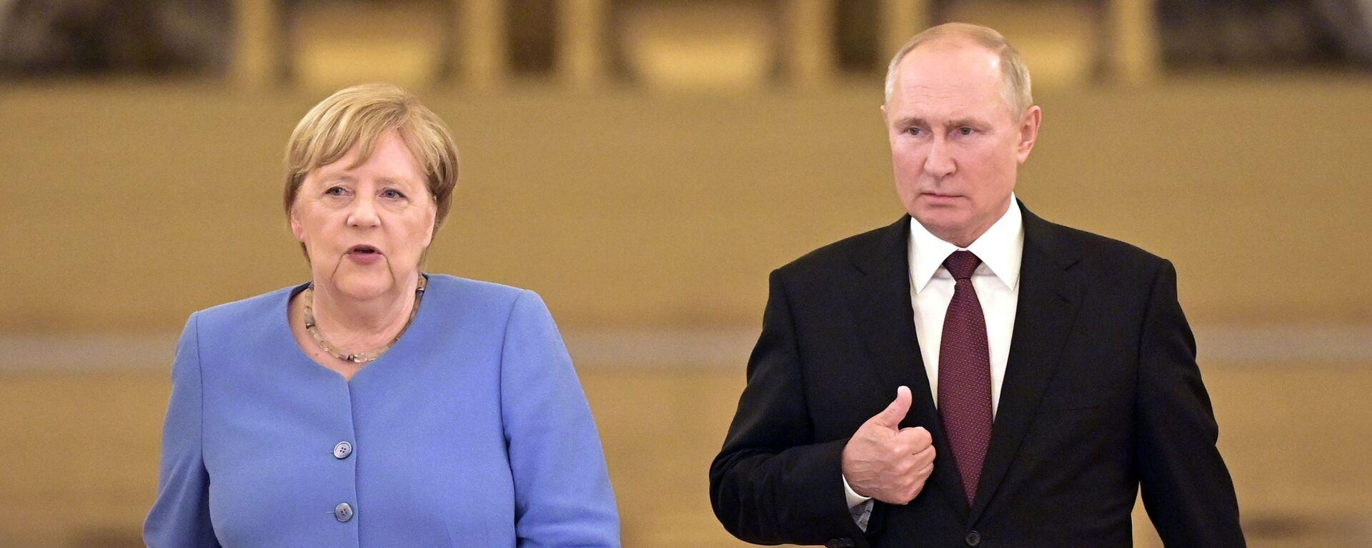 Německá kancléřka Angela Merkelová a ruský prezident Vladimir Putin přicházejí k novinářům - Sputnik Česká republika, 1920, 20.08.2021