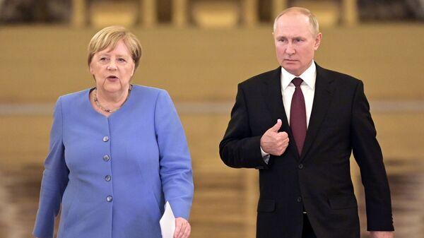 Президент РФ Владимир Путин и федеральный канцлер Германии Ангела Меркель перед началом совместной пресс-конференции - Sputnik Česká republika