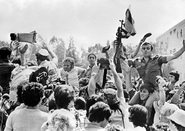 Rukojmí v letadle Airbus Air France, které bylo uneseno 29. června 1976 palestinskými teroristy v Entebbe v Ugandě - Sputnik Česká republika