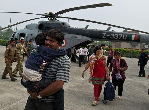 V roce 2013 indické letectvo provedlo největší vrtulníkovou evakuaci v historii. Podařilo se mu zachránit 19 600 lidí z údolí Uttarakhand, které postihly povodně - Sputnik Česká republika