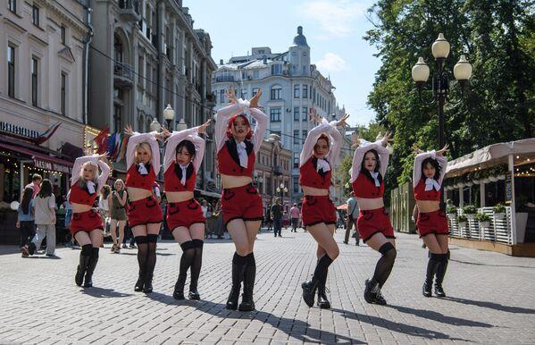 Taneční skupina vystupuje na Arbatu v Moskvě - Sputnik Česká republika