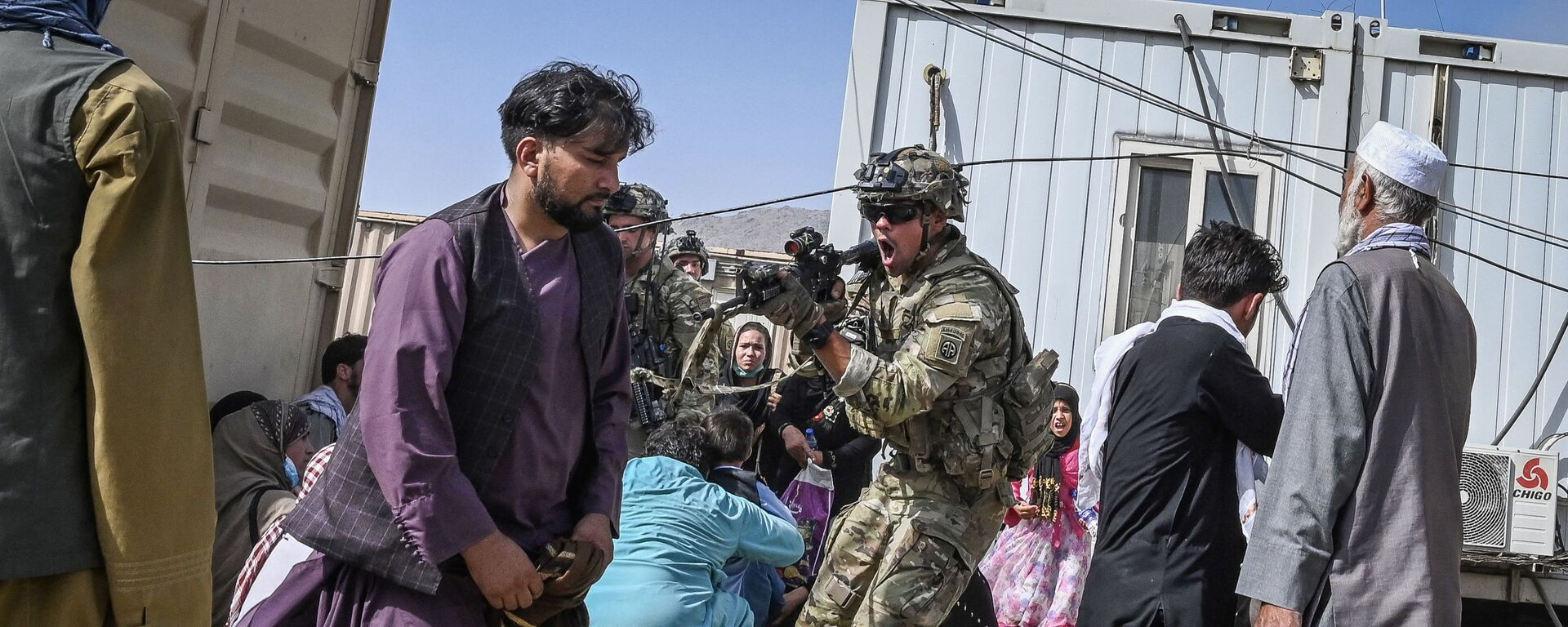 Американский солдат целится в афганцев в аэропорту Кабула  - Sputnik Česká republika, 1920, 26.08.2021