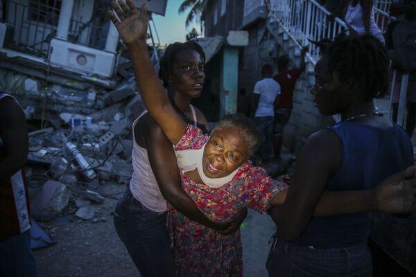 Příbuzní zesnulé dívky během zemětřesení na Haiti - Sputnik Česká republika