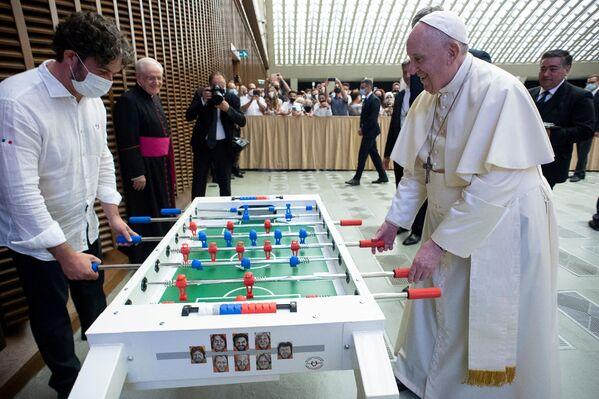 Papež František hraje stolní fotbal ve Vatikánu - Sputnik Česká republika