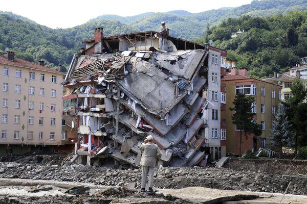 Budova zničená povodněmi v Bozkurtu, provincie Kastamonu, Turecko - Sputnik Česká republika