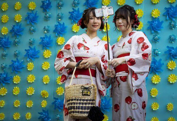 Ženy v kimonech pózují na selfie v chrámu Senso-ji v Tokiu, Japonsko - Sputnik Česká republika