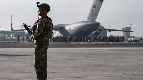 Амеркианский военный в аэропорту Кабула  - Sputnik Česká republika