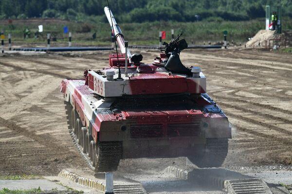 Posádky tanků T-72B3 čínských ozbrojených sil během soutěže Tankový biatlon 2021 - Sputnik Česká republika