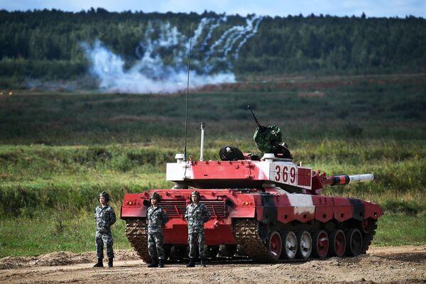 Posádky tanků čínských vojáků během soutěže tankových posádek v rámci soutěže Tankový biatlon 2021 - Sputnik Česká republika
