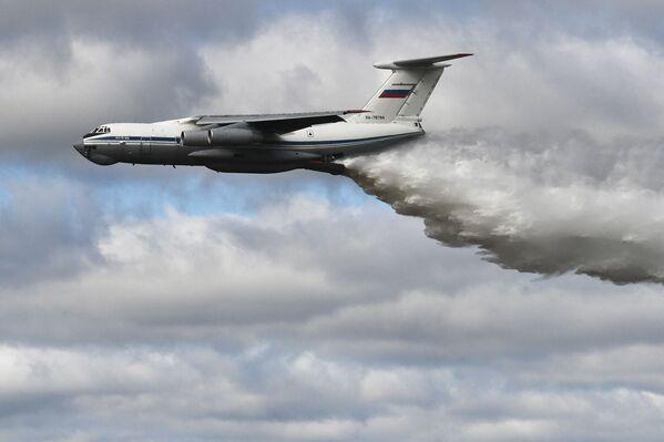 Ukázkový let letounu IL-76MD během soutěže Tankový biatlon 2021 - Sputnik Česká republika