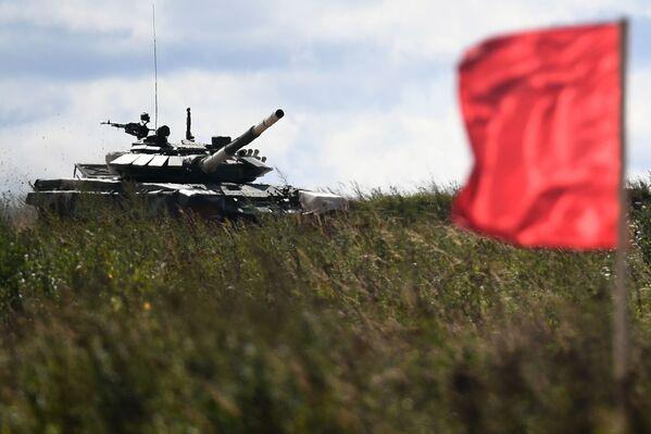 Posádky tanku T-72B3 myanmarských ozbrojených sil během soutěže Tankový biatlon 2021 - Sputnik Česká republika