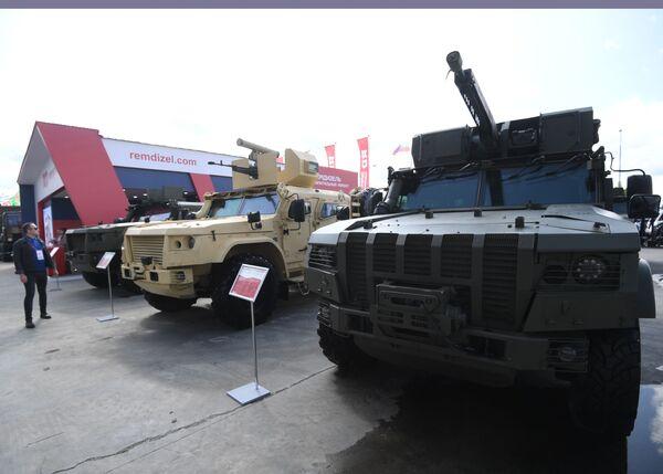 Obrněné vozidlo K-4386 ZASN (vpravo) - Sputnik Česká republika