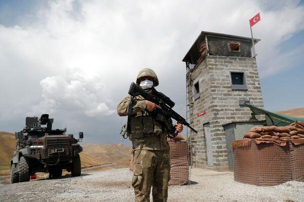 Turecký voják střeží vojenské stanoviště v Kaldiranu na turecko-íránské hranici v turecké provincii Van - Sputnik Česká republika
