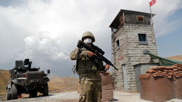 Турецкий солдат охраняет военный пост в Кальдиране на турецко-иранской границе в провинции Ван, Турция - Sputnik Česká republika