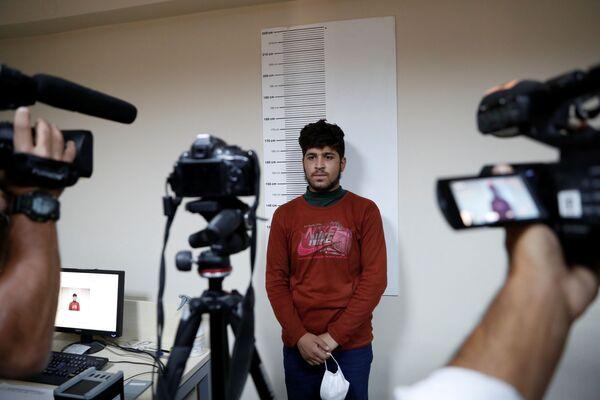 Afghánský migrant zadržený tureckými bezpečnostními silami po nelegálním překročení hranice Turecka z Íránu v registračním centru pro migranty v pohraničním městě Van v Turecku - Sputnik Česká republika