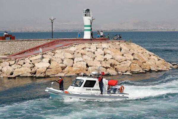Loď turecké pobřežní stráže hlídkuje u jezera Van v Turecku - Sputnik Česká republika