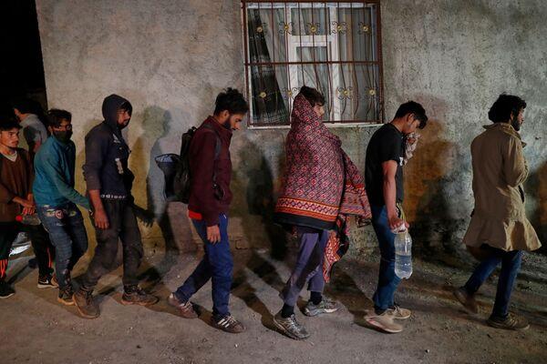 Uprchlíci z Afghánistánu po zadržení tureckými bezpečnostními složkami - Sputnik Česká republika