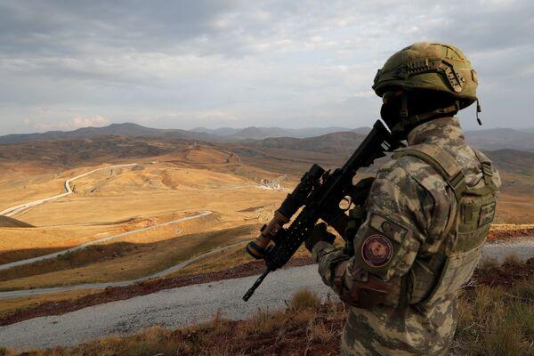 Turecký voják na stráži u zdi na turecko-íránské hranici v provincii Van - Sputnik Česká republika