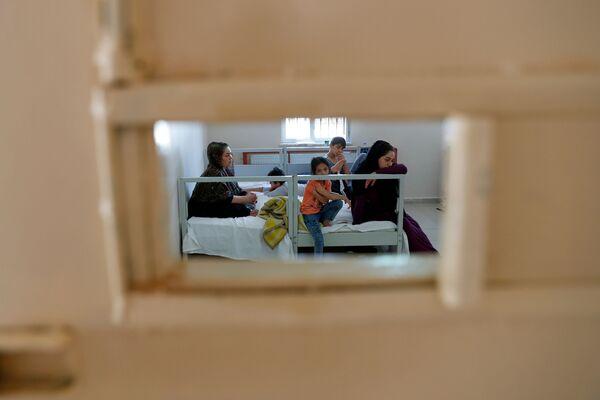 Afghánská rodina v registračním centru pro migranty v tureckém pohraničním městě Van - Sputnik Česká republika