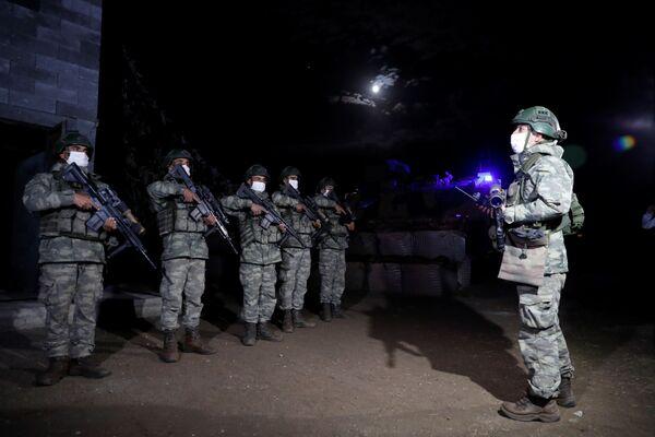 Turečtí vojáci se připravují na noční hlídku na turecko-íránské hranici v provincii Van - Sputnik Česká republika