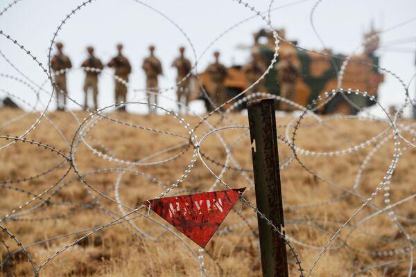 Výstražná značka na turecko-íránské hranici v provincii Van - Sputnik Česká republika