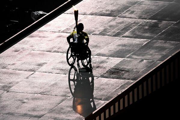 Štafeta s paralympijskou pochodní při slavnostním zahájení XVI. letních paralympijských her - Sputnik Česká republika