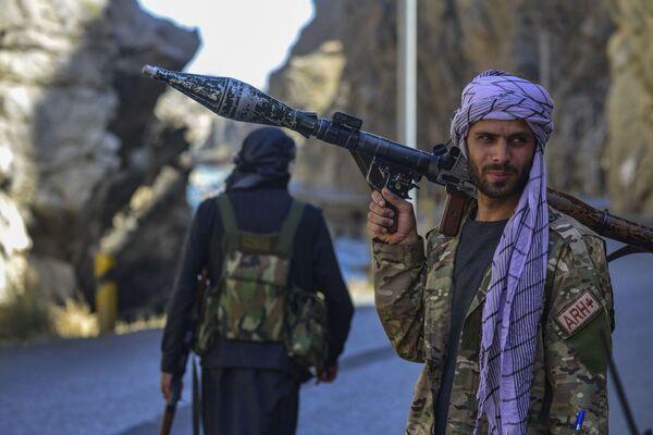Členové Fronty národního odporu Afghánistánu hlídají silnici v Pandžšíru. - Sputnik Česká republika