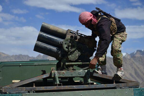 Člen Pandžšírského odboje zaujímá pozici na vojenském vozidle Humvee. - Sputnik Česká republika