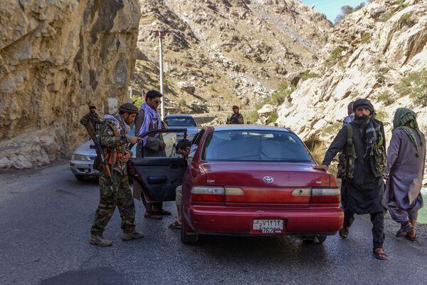Vojáci Pandžšírského odboje prověřují projíždějící auta. - Sputnik Česká republika