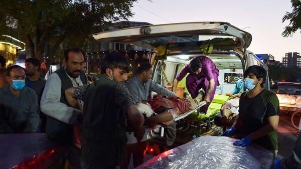 Медики помогают пострадавшим от двух мощных взрывов, произошедших в Кабуле - Sputnik Česká republika