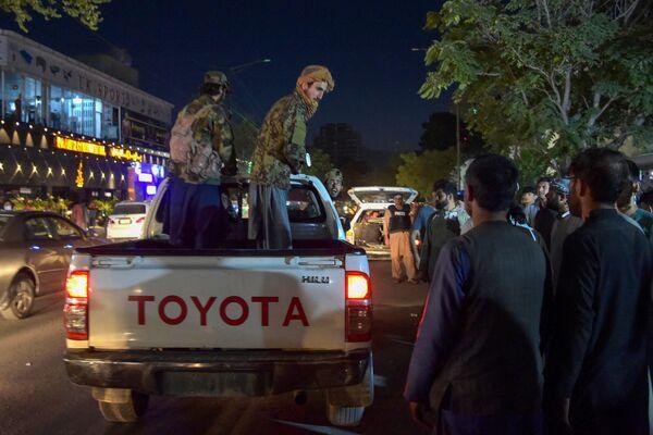 Členové Tálibánu* v ulicích Kábulu. - Sputnik Česká republika