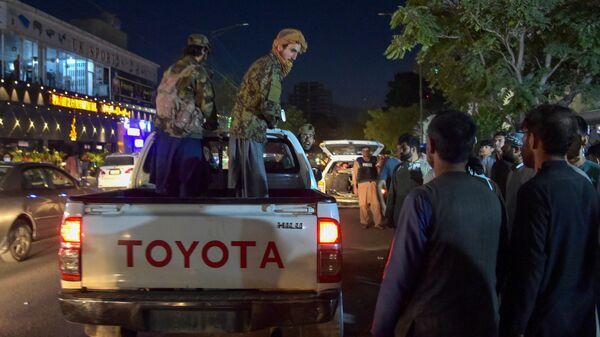 Бойцы Талибана стоят на пикапе возле больницы, Афганистан - Sputnik Česká republika