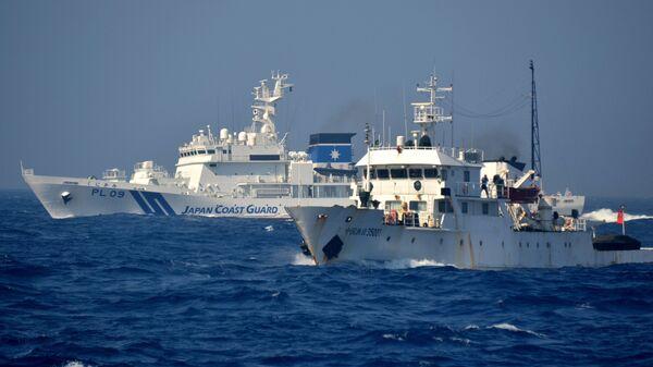 Китайский и японский патрульный корабль в водах рядом со спорным островом Дяоюйдао (Сенкаку) в Восточно-Китайское море - Sputnik Česká republika