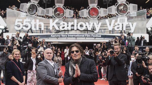 Американский актер и продюсер Джонни Депп приветствует своих поклонников на красной дорожке 55-го Международного кинофестиваля в Карловых Варах - Sputnik Česká republika