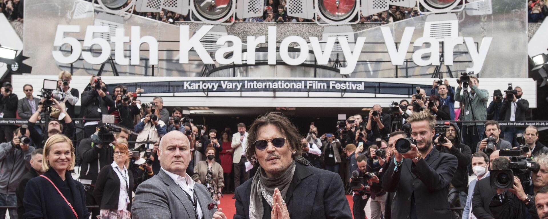 Americký filmový herec a producent Johnny Depp zdraví své fanoušky na červeném koberci na 55. Mezinárodním filmovém festivalu v Karlových Varech - Sputnik Česká republika, 1920, 28.08.2021