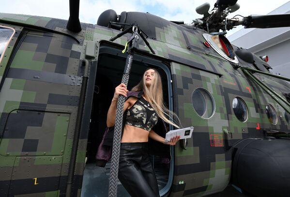Dívka vedle vrtulníku Mi-8. - Sputnik Česká republika