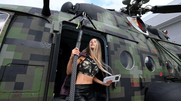 Девушка у вертолета Ми-8, представленного на открытой экспозиционной площадке Конгрессно-выставочного центра Патриот в рамках международного военно-технического форума Армия-2021 - Sputnik Česká republika